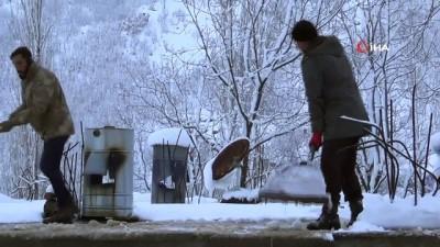 Kar kalınlığının 2 metreye ulaştığı ilçede hayat durma noktasına geldi