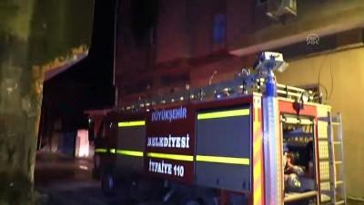 Mumdan çıkan yangında ev sahibi dumandan etkilendi