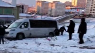 Yolda beklerken minibüsün altında kalan minik kız itfaiye ve vatandaşlar tarafından kurtarıldı