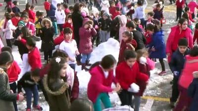 ogrenci velisi -  Kar yağmayınca okula kar taşıdılar