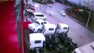 Kontrolden çıkan tanker oto galeri önündeki araçların arasına böyle daldı
