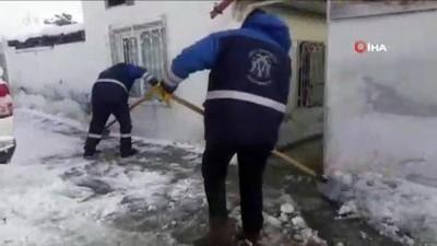 Engelli vatandaşın evinin önündeki kar ve buz birikintisini belediye ekipleri temizledi