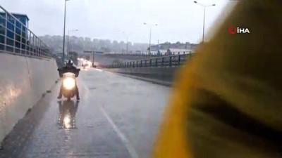 Kuşadası'nda etkili olan yağış yolları göle çevirdi
