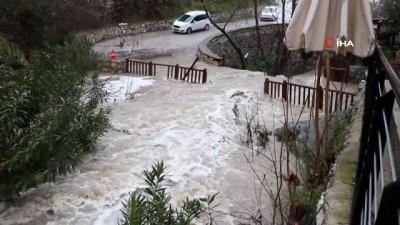 aybasi -  Sel suları köprüyü aştı, görenler hatıra fotoğrafı çekildi