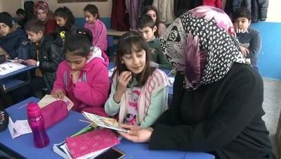 Üniversite öğrencileri topladıkları 3 bin kitabı köy okuluna bağışladı