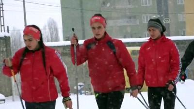 Futbol sahasında kayaklı koşu antrenmanı - MUŞ