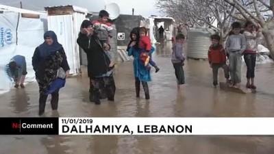 Lübnan'daki Suriyeli mültecilerin kaldığı çadırlar sele teslim oldu