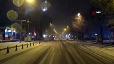 Vatandaşlar kar yağışını oynayarak karşıladı