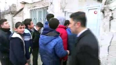 Soğuk havada ayağında terlikle el arabasında kardeşini taşıyan Hacı dede ve İmmihan nineye öğrencilerden anlamlı yardım
