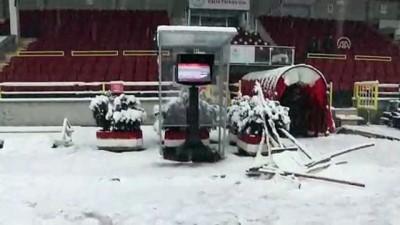 Bolu Atatürk Stadı'nın zemini karla kaplandı - BOLU