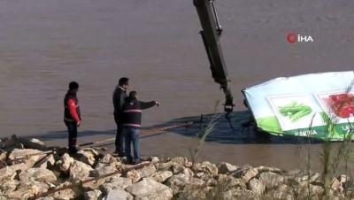 Alabora olan ekmek teknesi için ölümüne mücadele etti
