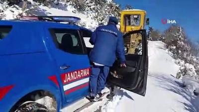 Karda mahsur kalan bekçiyi jandarma ve belediye ekipleri kurtardı