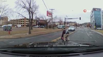 - Küçük Bebek Otomobilden Aşağı Düştü