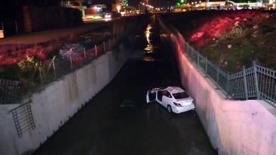 saglik ekipleri - Otomobil atık su kanalına devrildi - ADANA