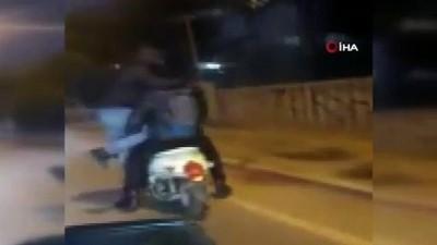 4 kişi bindikleri elektrikli bisikletten kameraya el salladılar