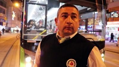 El freni çekilmeden park edilen taksi halk otobüsüne çarptı - DENİZLİ