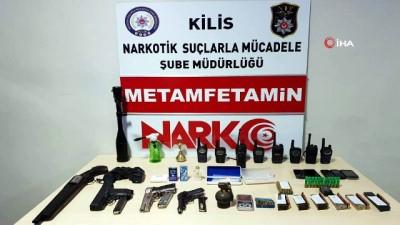 Garaja düzenlenen operasyonda el bombası, telsiz, silah ile uyuşturucu madde ele geçirildi