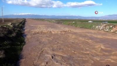 Hatay'da baraj kapakları açıldı mahalleri su bastı