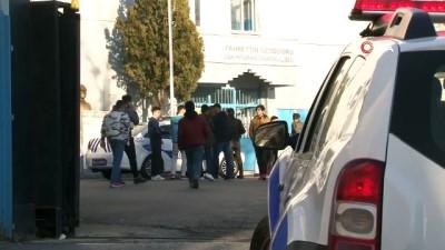 Karneleri alan lise öğrencileri okul çıkışında bıçaklandı