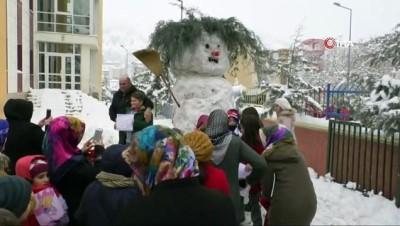 hatira fotografi -  Karnesini alan dev kardan adamına yanına koştu