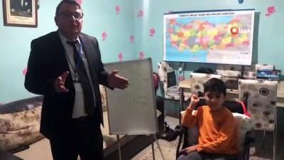 Kas hastası Furkan'ın odası sınıfa çevrildi, karnesini evinde aldı