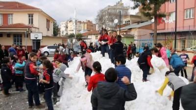 kar yagisi -  Öğrencilere karne hediyesi olarak dağlardan kamyonla kar getirdiler