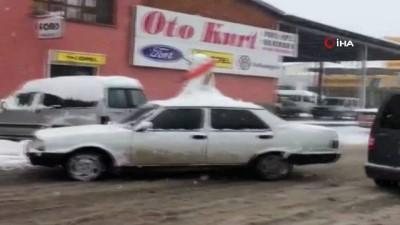 Otomobilinin üzerine kardan adam yapıp trafiğe çıktı