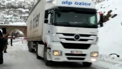 Kar ve çığdan temizlenen Tunceli-Erzincan karayolu tır trafiğine açıldı