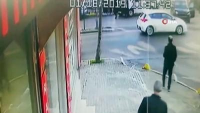 Kaza yapan otomobil kaçmak isterken yayaların arasına daldı...Kaza anı kamerada
