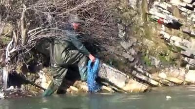 Dondurucu soğuğa aldırış etmeden kayalıklarda balık avlıyorlar