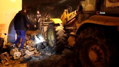polis -  Kula'da bahçe duvarı yıkıldı