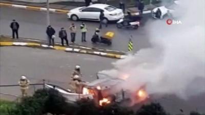 - Beylikdüzü'nde bir araç alev alev yandı