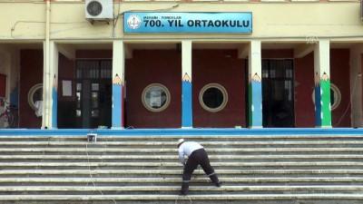 Denetimli serbestlik yükümlüleri yarıyıl tatilinde okulları boyuyor - MERSİN