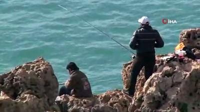 Uyarılar fayda etmiyor, 30 metrelik falezlerde balık avı