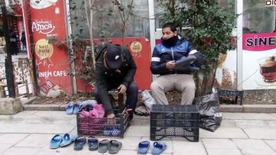 Suriyeli kardeşler ayakkabı boyacılığıyla geçimini sağlıyor - SİİRT