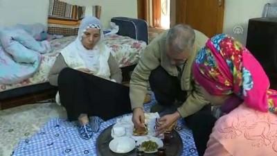 Hayatını felçli eşi ve ALS hastası 2 kızına adadı - İZMİR