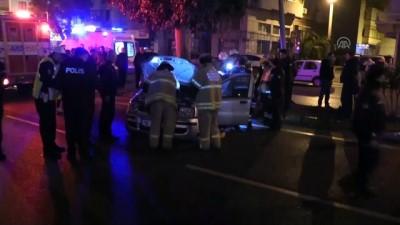 Otomobil refüjdeki direğe çarptı: 1 ölü, 2 yaralı - İZMİR