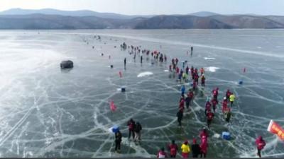 Çin: Buz tutmuş gölde maraton koştular