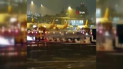 İngiltere'de Yoğun Kar Yağışı - Manchester Ve Liverpool Havalimanları Kapatıldı