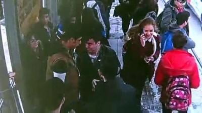Engelli genç tramvay durağında darbedildi - İZMİR