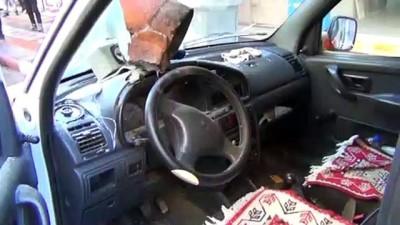Çatıdan düşen baca aracın ön camını patlattı