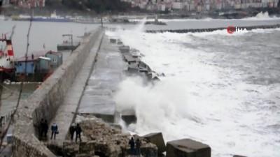 grup genc -  Dev dalgalar arasında tehlikeli poz