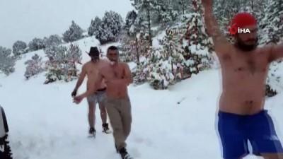 Karda kıyafetlerini çıkartıp dans ettiler, mankenlik yapıp haber sundular