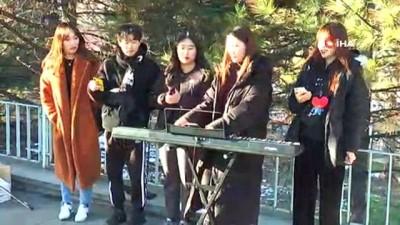 Koreli öğrenciler barış için söylüyorlar