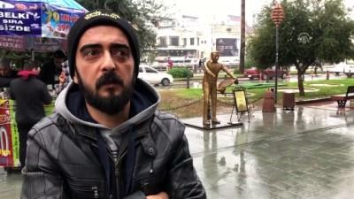 'Künefe çeviren adam' heykelinin bu kez ellerini kırdılar - HATAY