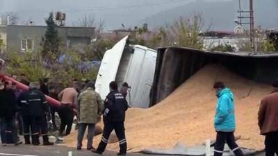 misir - Devrilen tırdaki mısırlar yola saçıldı - HATAY