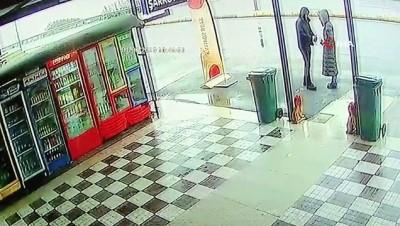 Aydınlatma direğine çarpan otomobilden fırlayan genç kız feci şekilde can verdi...Kaza anları kamerada