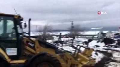 Balıkesir'de dam çöktü, 2 inek telef oldu