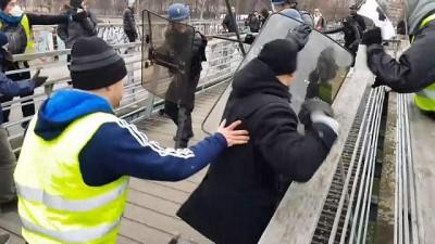 boksor - Video |Sarı yelekli şampiyon boksör Fransız polisini yumrukla dağıttı