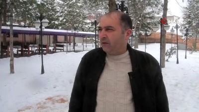 Karda yiyecek bulamayan kuşlar için Medresenin bahçesine yem bırakıldı